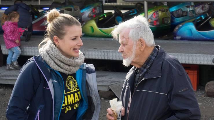 Stefanie Bucher vom Stapferhaus im Gespräch mit Stadtoriginal Harry Locatelli