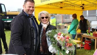 Blumen für die Bauherrschaft: Landeigentümerin Therese Erne und Markus Birchmeier strahlen beim gestrigen Spatenstich um die Wette.