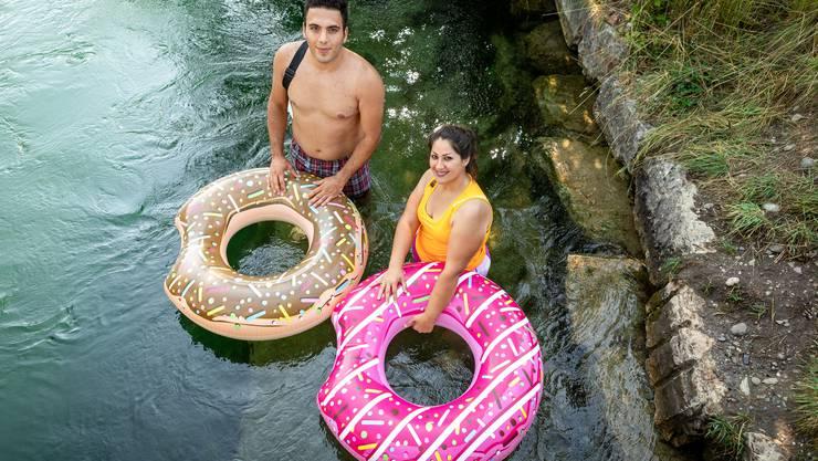Diese appetitlichen Gummi-Doughnuts dienen als Treib-Hilfe in der Aare.