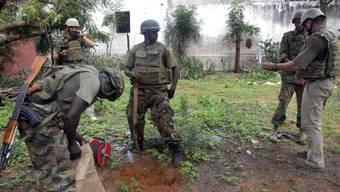 Instruktor entschärft zusammen mit Soldaten aus Burundi eine Granate (Symbolbild)