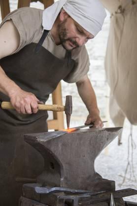 Der Schmied arbeitet an einem seiner Stücke