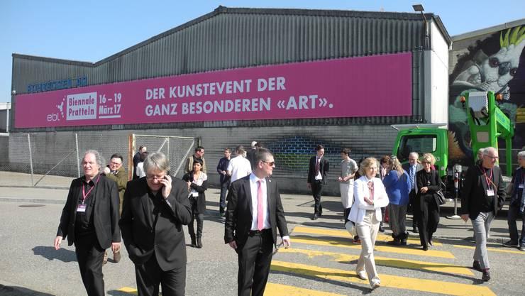 Künstler, Veranstalter und Biennale-Besucher auf dem Urban-Art-Walk.