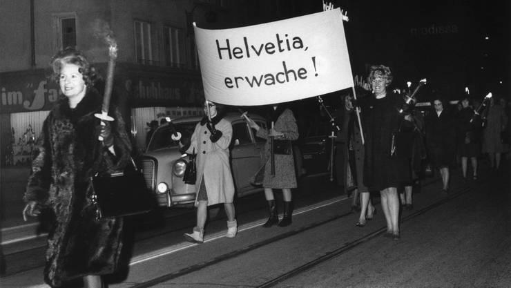 Am 1. Februar 1967 forderten Frauen in Zürich auf Transparenten die Gleichberechtigung an der Urne. 1969 kam diese auf kommunaler, 1970 auf kantonaler und 1971 auf eidgenössischer Ebene.
