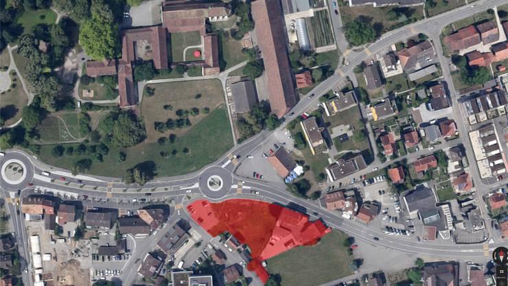 Das Areal «Linde» (rot) befindet sich auf der einen, die Wiese und die Klosterkirche (oben Mitte) auf der anderen Seite der Zürcherstrasse.