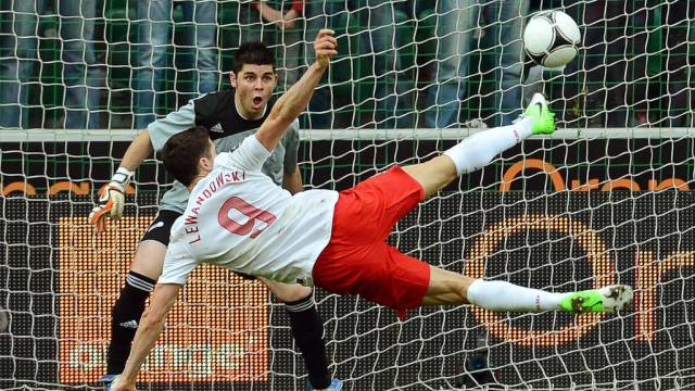 Polens Robert Lewandowski erzielt gegen Andorra das herrliche 2:0.