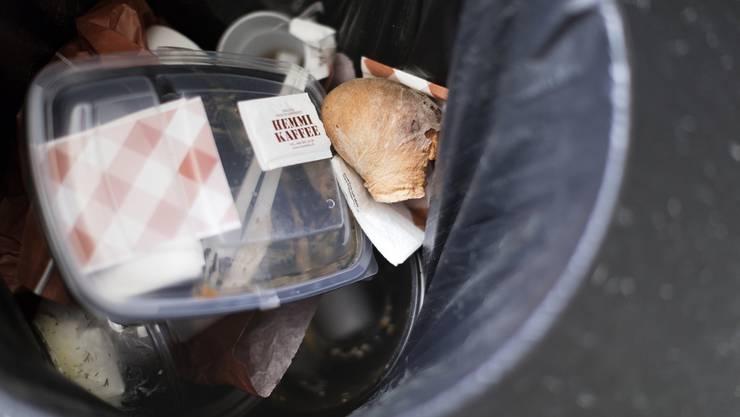 Abfall in einem Mülleimer: Plastik kann getrennt gesammelt werden.