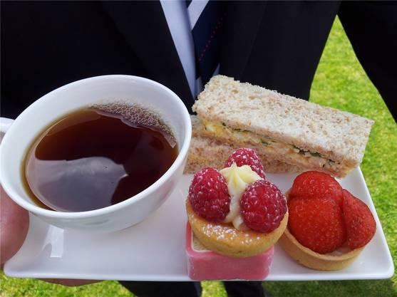 Gartenparty, an der es neben Tee auch Fingersandwiches und Törtchen gab.