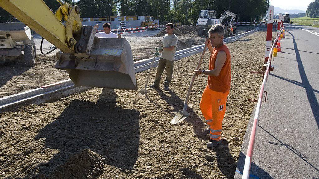 Neun Firmen im Bündner Strassenbau haben sich mit dem Kanton auf die Zahlung mehrerer Millionen Franken geeinigt (Themenbild).