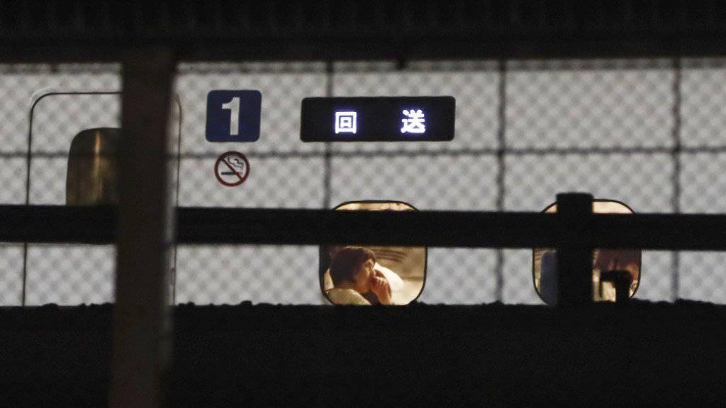 Passagiere müssen nach der Messerattacke im japanischen Schnellzug bei Tokio ausharren.