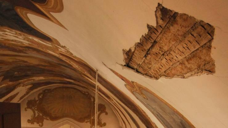 In der katholischen Kirche Kaiserstuhl hat sich ein 170 mal 40 Zentimeter grosses Stück von der Decke gelöst.  Angelo Zambelli