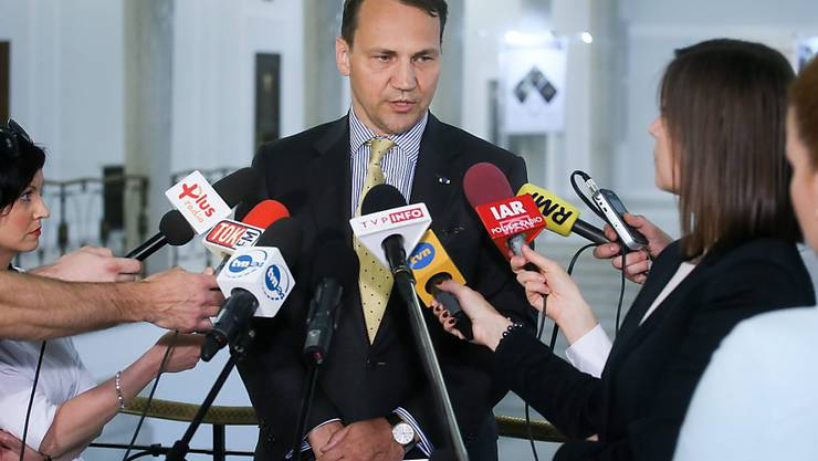 Der polnische Parlamentspräsident Radoslaw Sikorski beantwortet Fragen von Journalisten nach seiner Rücktrittsnakündigung