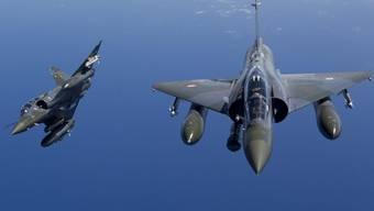Zwei französische Mirage 2000D, wie sie über Basel flogen.