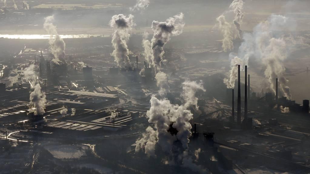 In der Stahl- und Zementindustrie werden riesige Mengen an CO2 in die Atmosphäre gepumpt. (Archivbild)