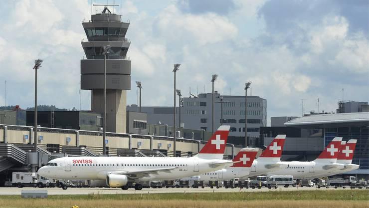 Es wird eng am Flughafen Zürich. Für 57 Millionen Franken werden jetzt zehn neue Standplätze für Flugzeuge gebaut.