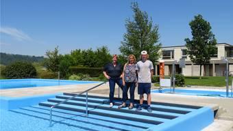 Die neuen Pächterinnen des Beizlis im Schwimmbad Messen: Ruth Spielmann (links) und Margrit Gilgen und der neue Betriebsleiter Sven Schmid.