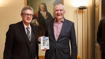André Schluchter (l.) und Georg Carlen mit dem neuen Kunstführer.