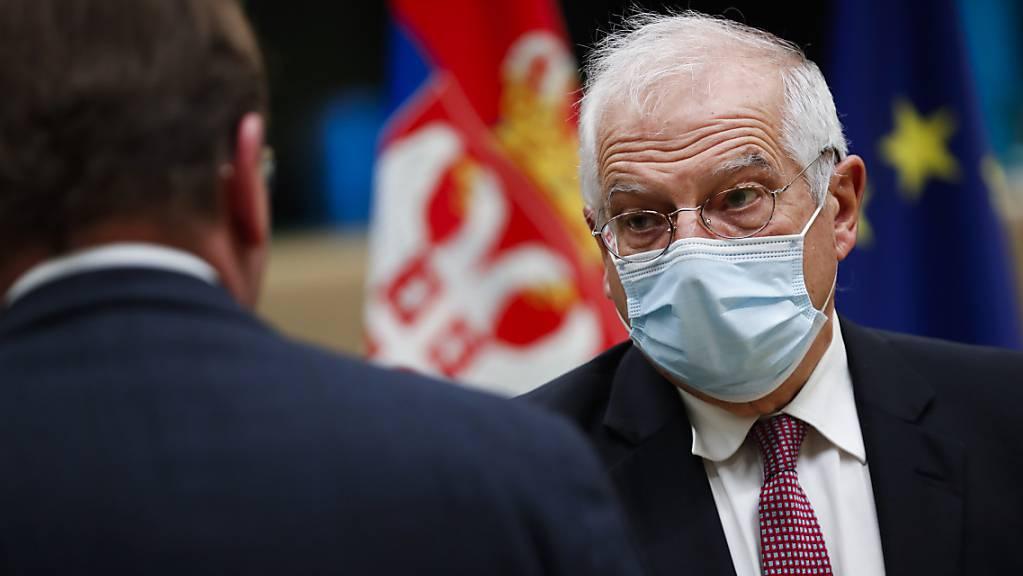 Der EU-Außenbeauftragte Josep Borrell (r) bei einem Gespräch im Europäischen Rat. Foto: Francisco Seco/AP Pool/dpa