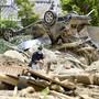 Japans Regierungschef Shinzo Abe machte sich am Mittwoch ein Bild von den Zerstörungen nach dem Unwetter in seinem Land.