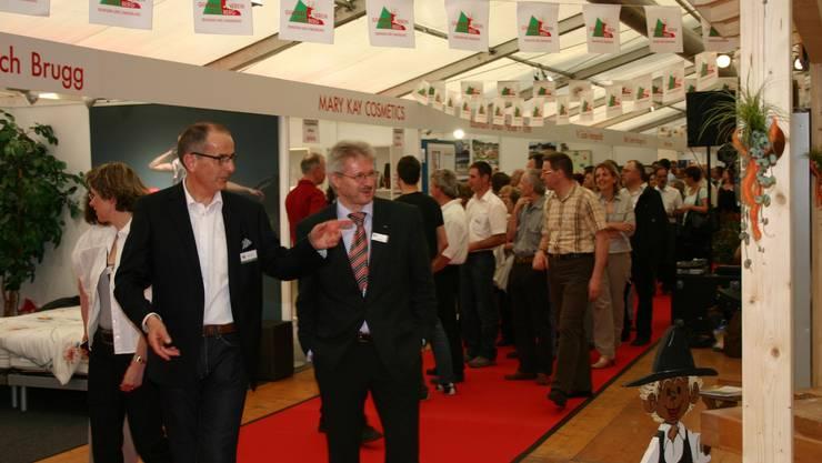 OK-Chef Paul Stalder und Kurt Schmid auf dem Expo-Rundgang.  lp