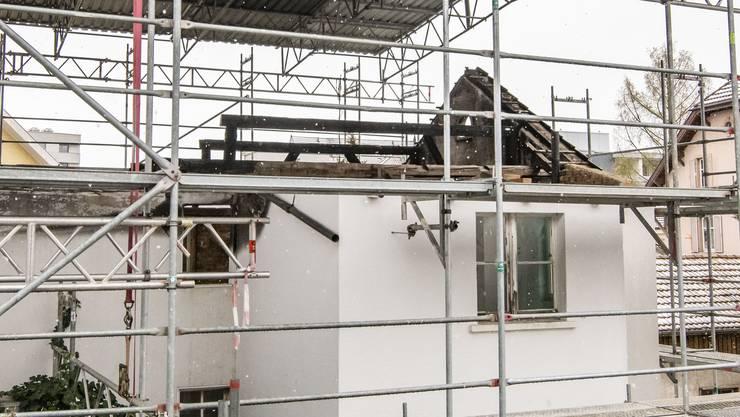 Die restlichen Mauern an der Kernmattstrasse sind mit einem Dach vor dem Zerfall geschützt.