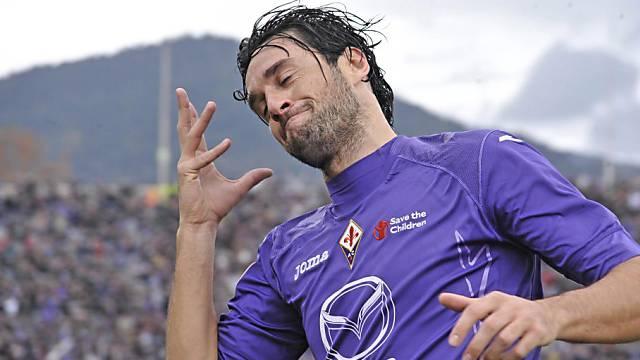 Fiorentinas Luca Toni mit seiner bekannten Jubel-Geste.