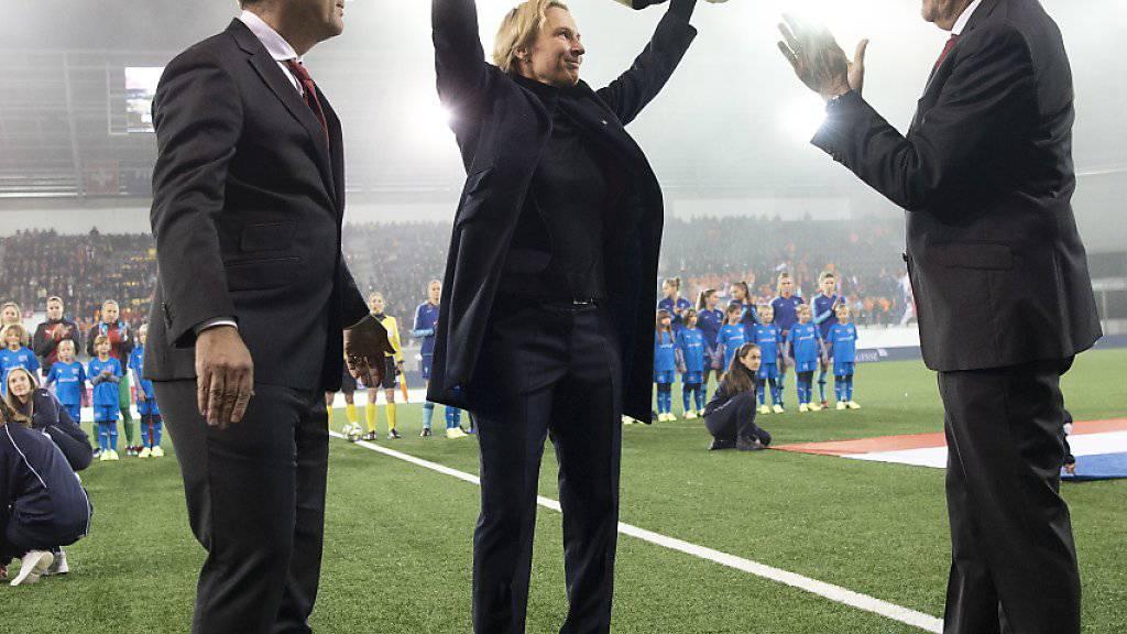 Der Abschied: Die Trainerin Martina Voss-Tecklenburg wird von den Funktionären und dem Publikum für ihre Verdienste mit Applaus bedacht.