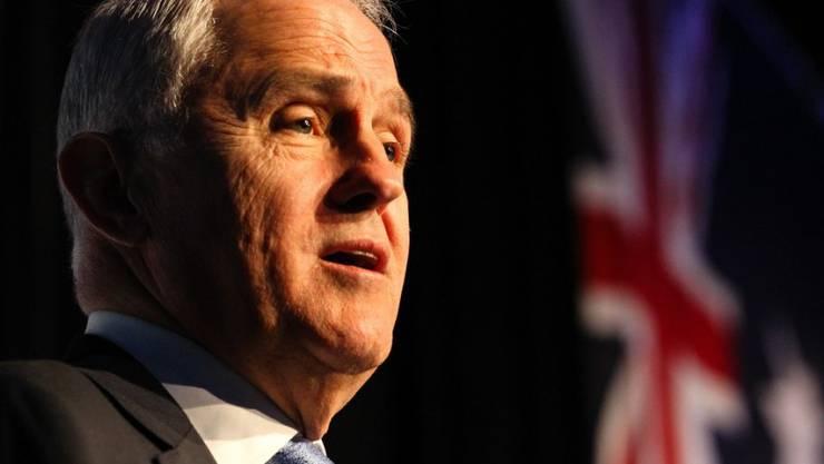Wegen eines Fotos mit seiner Enkeltochter auf dem Arm und einem Becher Bier in der Hand hat sich Australiens konservativer Premierminister Malcolm Turnbull Ärger eingehandelt. (Archiv)