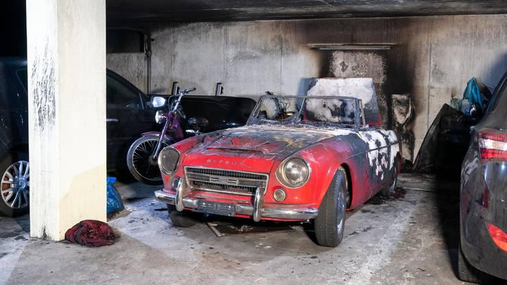 Mehrere Autos wurden beim Brand beschädigt.