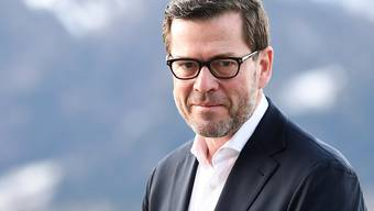ARCHIV - Der frühere Bundesminister Karl-Theodor zu Guttenberg (CSU) sitzt nach einem Interview am Tegernsee. Foto: Angelika Warmuth/dpa