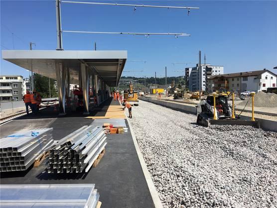Beim neuen Perron am Bahnhof Bremgarten West, überdacht auf 75 Metern, wird der Schotter für Gleis 2 und 3 aufgetragen.
