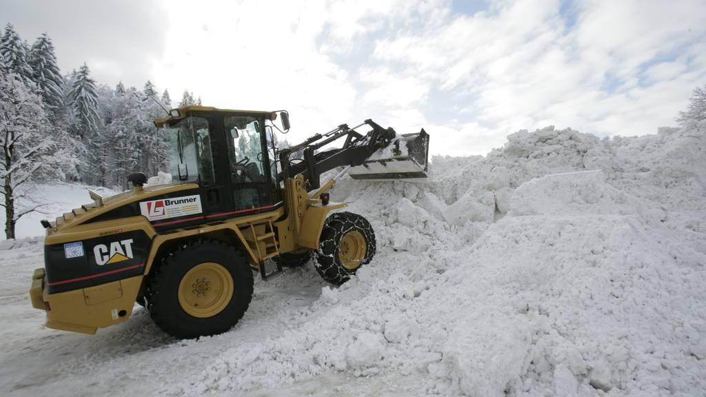 Auf dieser Schneedeponie in Flawil wird der Schnee von den Strassen gelagert. (Archiv)