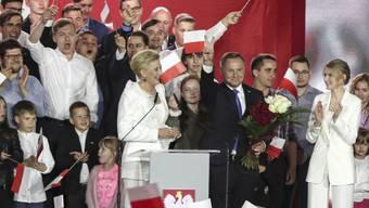 Andrzej Duda (M,r), amtierender Präsident von Polen und Kandidat für das Amt des Präsidenten der PiS (Recht und Gerechtigkeit) spricht neben seiner Frau Agata Kornhauser-Duda (M, l) und Tochter Kinga (M, r) mit Unterstützern. Trotz eines ungewissen Ausgangs der Stichwahl um das Präsidentenamt in Polen hat sich Staatsoberhaupt Andrzej Duda in einer ersten Reaktion als Sieger bezeichnet. Foto: Czarek Sokolowski/AP/dpa