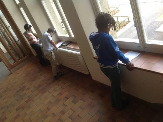 Die Schüler nehmen sich beim Gedicht-Rezitieren auf