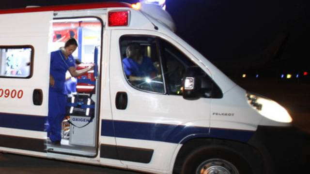 Eine Ambulanz konnte dem Kleinen direkt nach dem Sturz beistehen (Symbolbild)