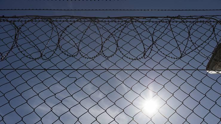 In Zürcher Untersuchungsgefängnissen sollen Inhaftierte künftig mehr Zeit ausserhalb der Zelle verbringen können. (Archivbild)