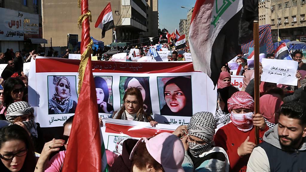 In Bagdad haben hunderte Demonstrantinnen gemeinsam mit Männern protestiert. Der Schiitenführer al-Sadr hatte die Geschlechtertrennung an Demos gefordert. Auf den Plakaten sind Bilder von Frauen, die bei regierungskritischen Protesten getötet wurden.