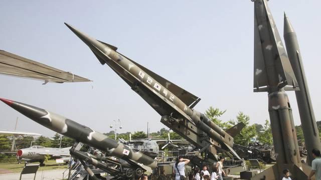 Für einmal harmlos: Attrappen von nord- (l.) und südkoreanischen Raketen in Seoul (Archiv)