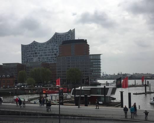 Blick auf die Elbphilharmonie (im Hintergrund).