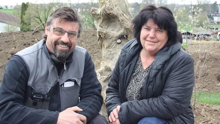 Adrian Hospenthal, Leiter der Hospenthal-Kägi AG und Esther Hospenthal, Leiterin der Firma Perennopsis, in ihrem Gartenraum auf der Dietiker Allmend.