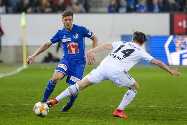 Valentin Stocker (r.) stoppt den Lauf von FCL-Spieler Simon Grether (l.).