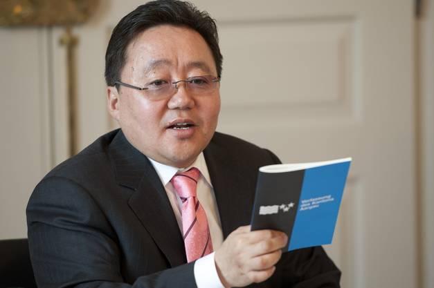 Der mongolische Staatspräsident Tsakhia Elbegdorj mit der aargauischen Verfassung.