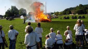 Die siegreichen Kadetten rücken im Finale des Seenger Freischarenmanövers 2008 auf die brennende Burg zu, wo bereits die weisse Fahne geschwenkt wird.