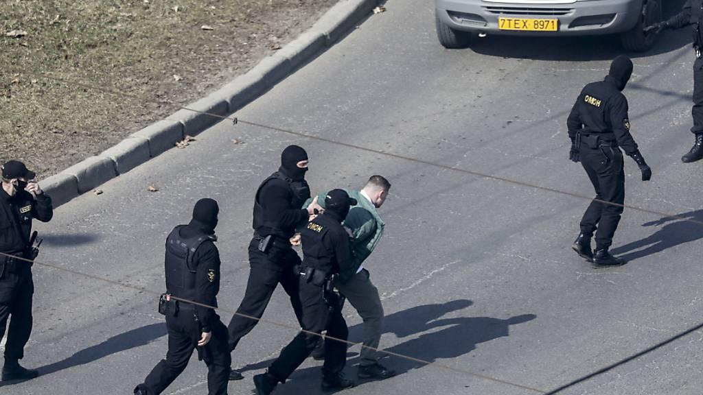 Polizisten nehmen einen Demonstranten in Minsk fest. Foto: Uncredited/AP/dpa