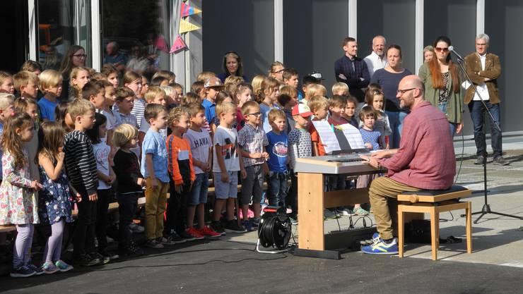 Die Schulkinder singen gemeinsam mit dem Musiker und Komponisten Philipp Stampfli das eigens für den Anlass komponierte Lied «Nigunagunöi».