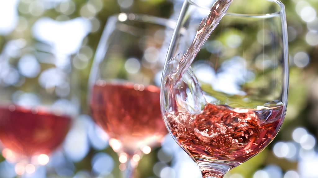 Du könntest einen herbstlichen Wein degustieren.
