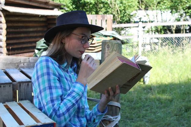 Sofia Sottnikova (13) aus Dietikon liest dazu ein Buch.