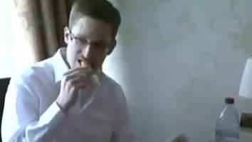 Snowden isst während des Interviews genüsslich einen Energie-Riegel
