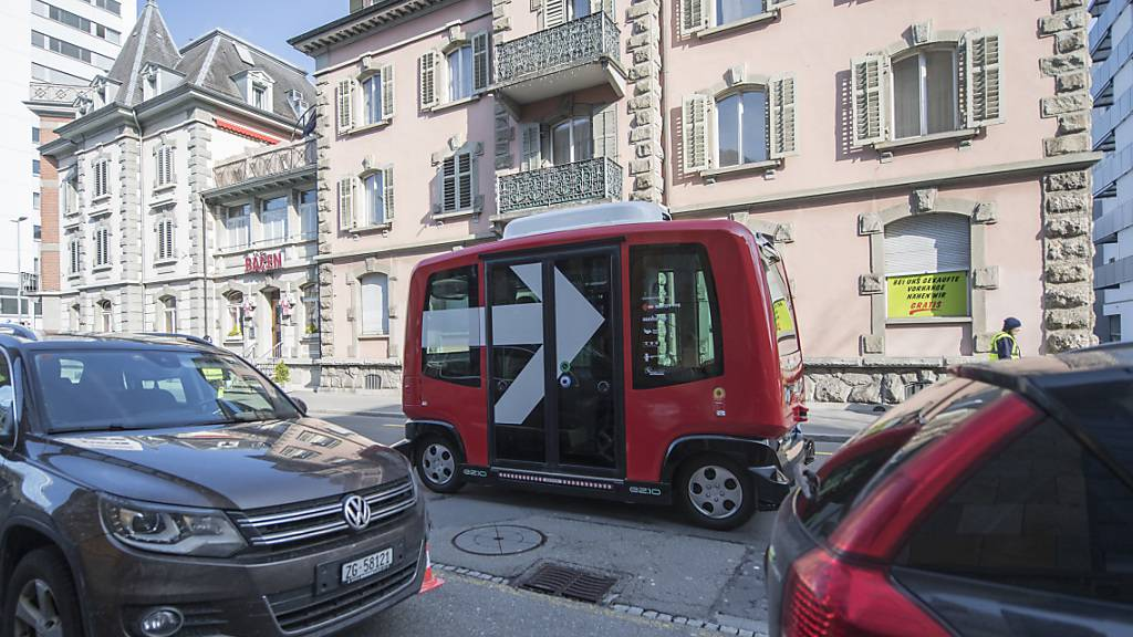 Zuger Roboterbus fühlt sich im Strassenverkehr nicht richtig wohl