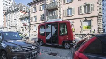 """Der selbstfahrende Zuger Roboterbus """"MyShuttle"""" hat Mühe, sich im Fliessverkehr einzugliedern. (Archivbild)"""