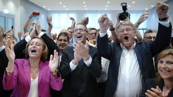 AfD-Wahlparty in Sachsen: Beatrix von Storch (Bundesvorstand) jubelt mit Jörg Urban (Spitzenkandidat in Sachsen) und Jörg Meuthen (Bundesvorsitzender der AfD).